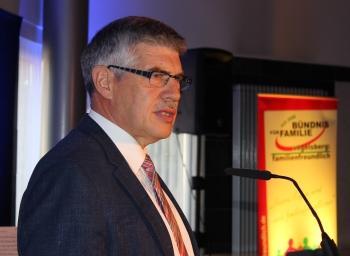 Landrat Manfred Görig stellte in der Festveranstaltung die stabile Kraft des Ehrenamts für unsere Demokratie heraus.