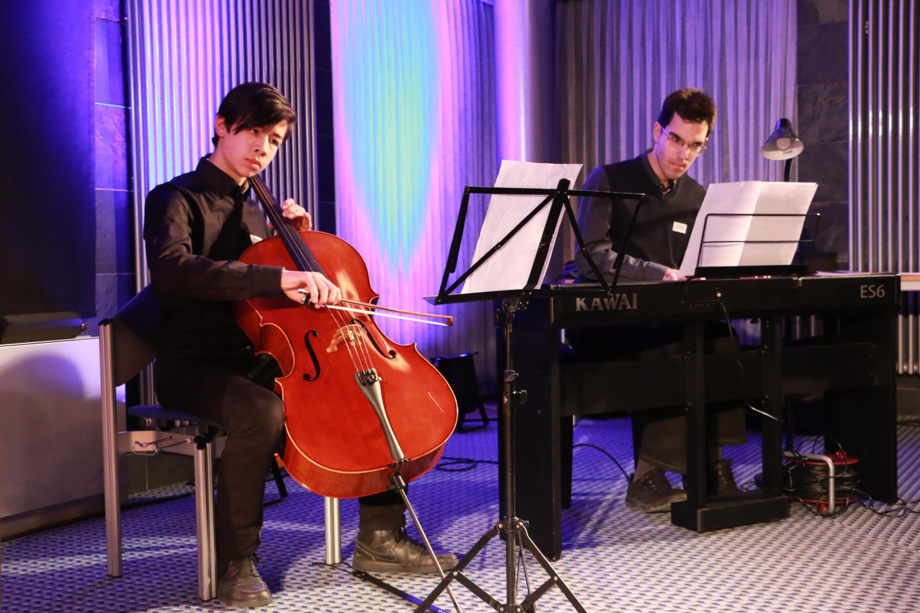 Nicholas Scheuning Cello und Victor Urvalov am Klavier