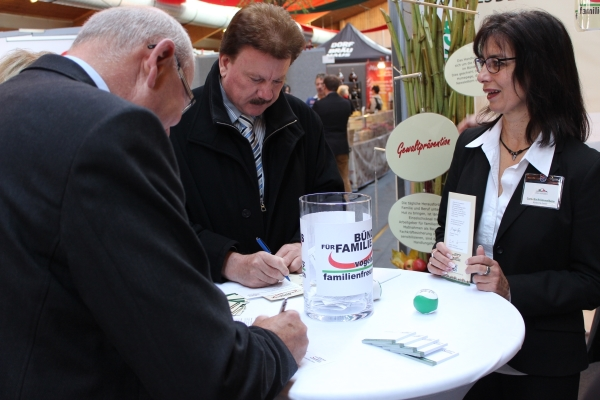 Am frühen Vormittag war das Glas mit den Preisrätselkarten noch wenig gefüllt – Cornelia Krömmelbein (rechts) gibt den Gewinnspielern hilfreiche Tipps.