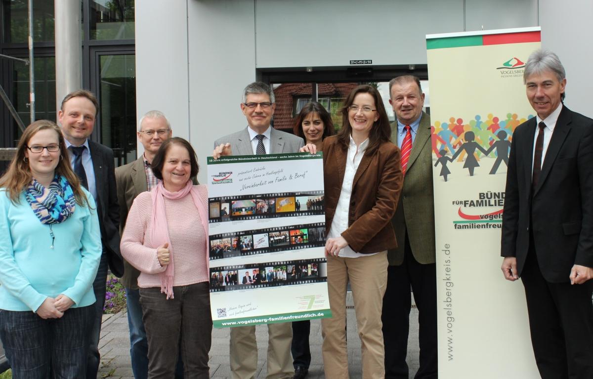 Akteure des Vogelsberger Bündnisses für Familie präsentieren ein Plakat mit Eindrücken aus sechs Jahren Arbeit